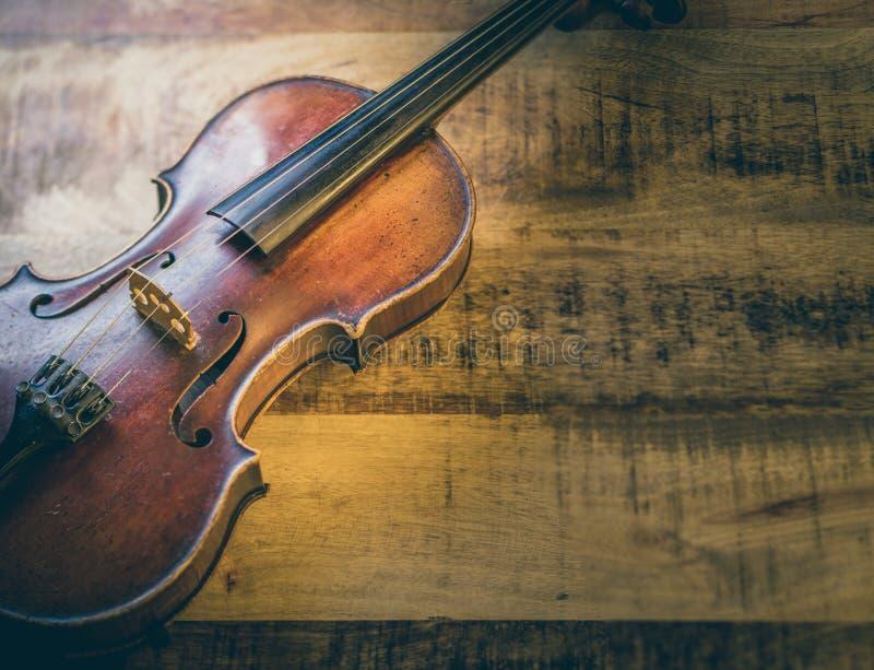 Violino velho em um fundo de madeira fotografia de stock royalty free