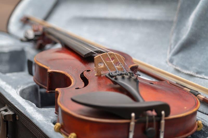 Violino vermelho caso que imagens de stock royalty free