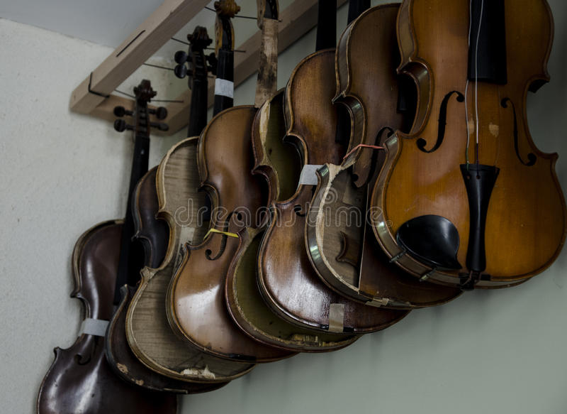 Violinos de suspensão imagem de stock