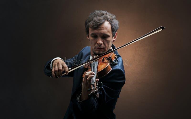 Violinst que joga no instrumento com empatia foto de stock