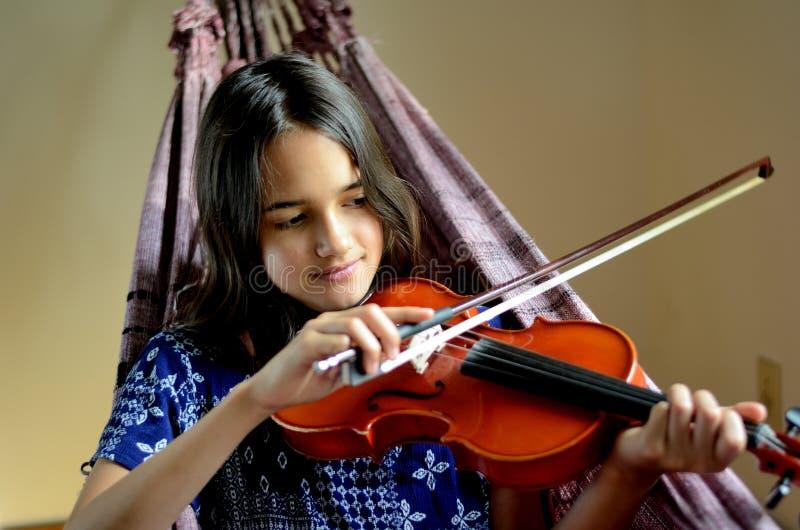 Violon de pratique de petite fille dans un hamac images libres de droits