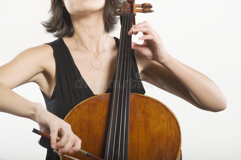 Violoncelista de sexo femenino imagen de archivo libre de regalías