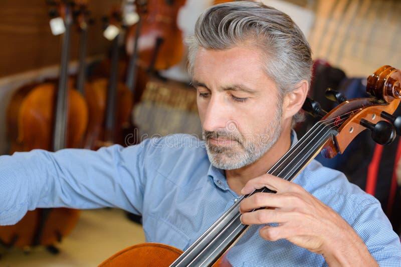 Violoncelista que toca el violoncelo fotos de archivo libres de regalías
