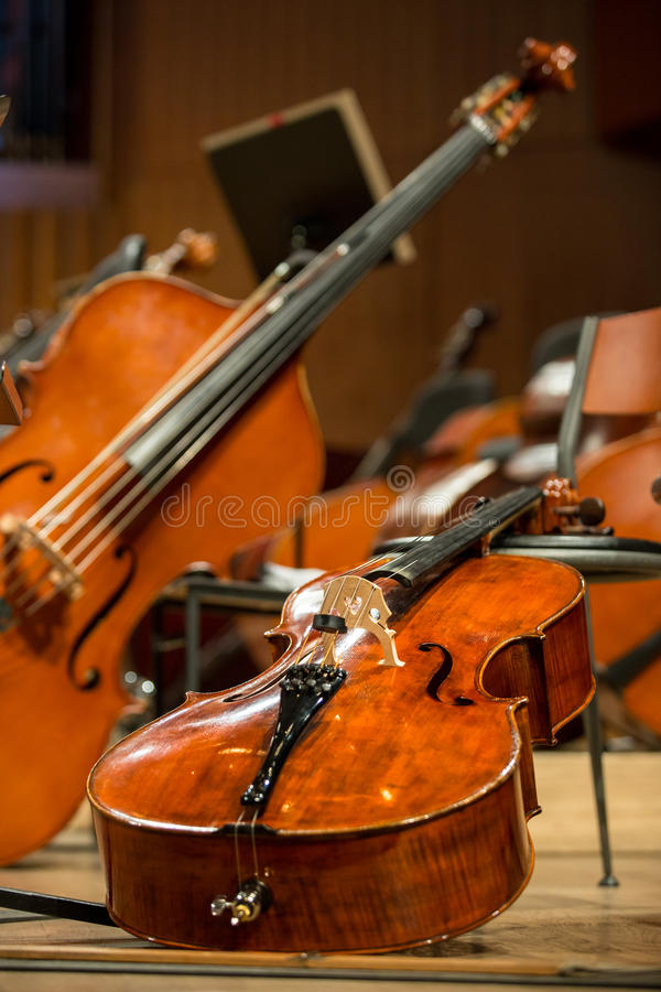 Violoncelles et double basse se trouvant sur le plancher images stock