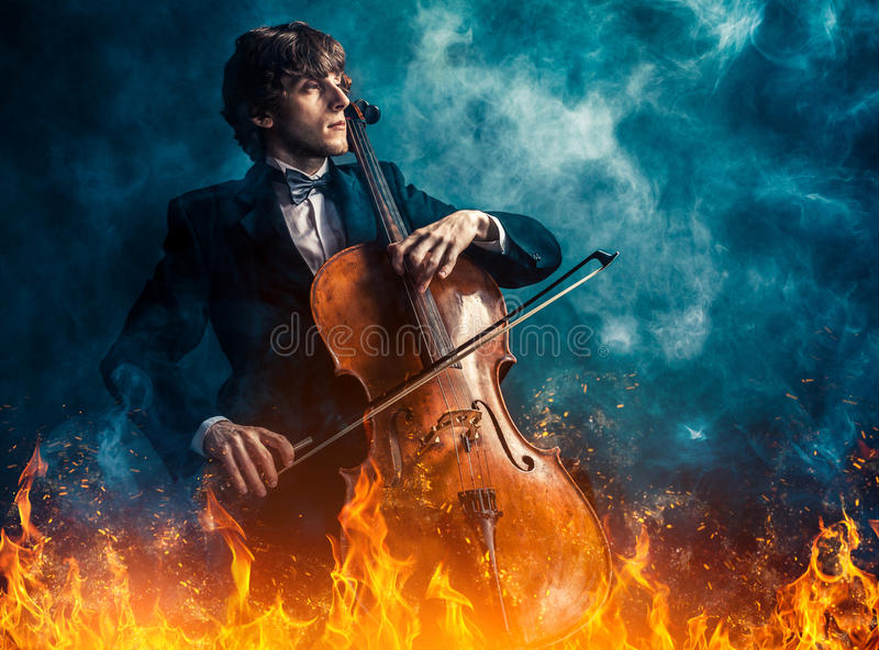 Violoncelliste dans le feu photographie stock libre de droits