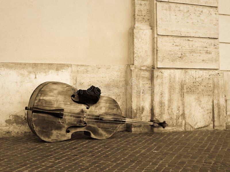 Violoncello или contrabass на улице стоковые фотографии rf