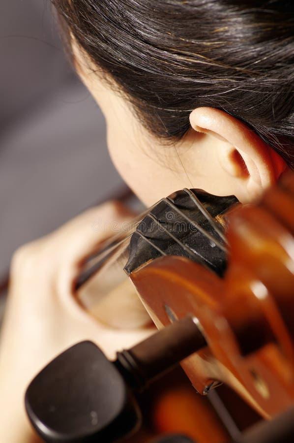 violoncellspelrumkvinna arkivfoton