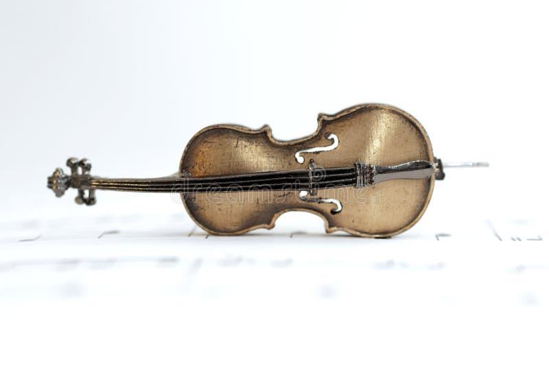 Violoncelo clásico colocado en la hoja de música imagen de archivo libre de regalías