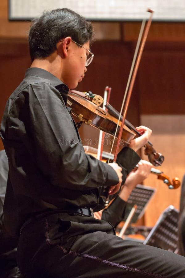 Violonist jouant dans un concert de musique classique, Chine photographie stock