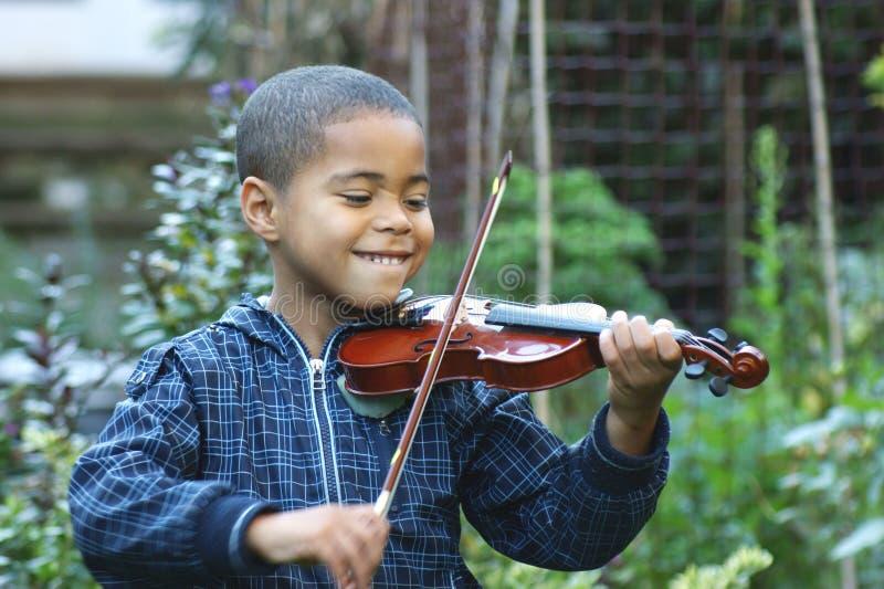 Violoniste d'enfant photographie stock libre de droits