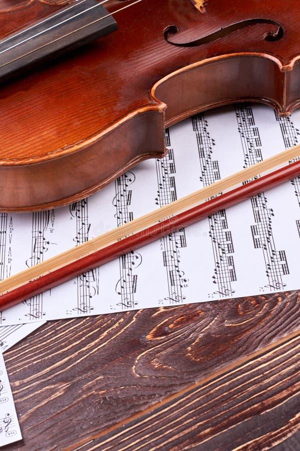 Viool, boog en muzieknotenbladen stock afbeelding