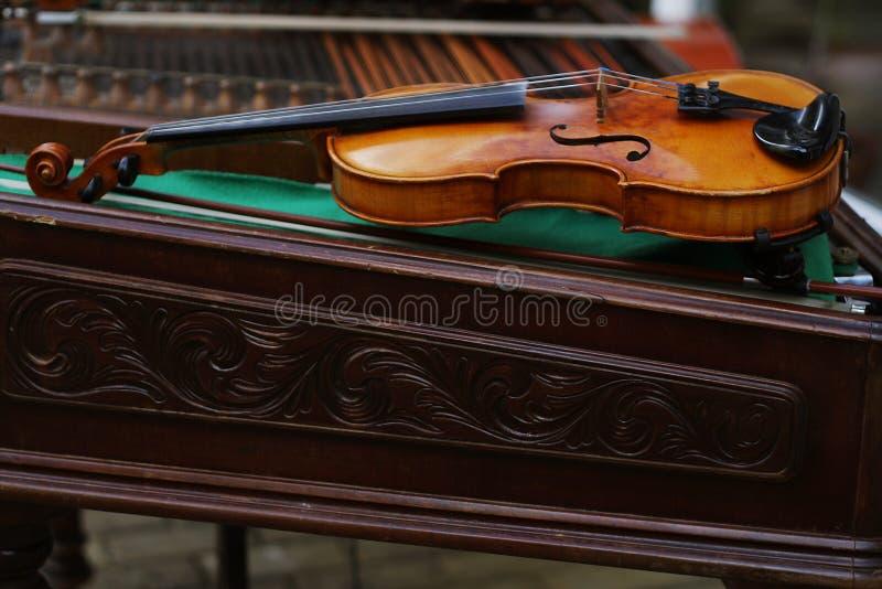 Viool die op een cimbalon legt stock afbeelding