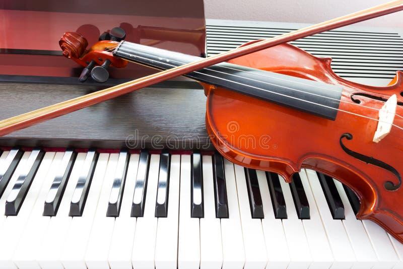 Viool en pianotoetsenbord stock foto