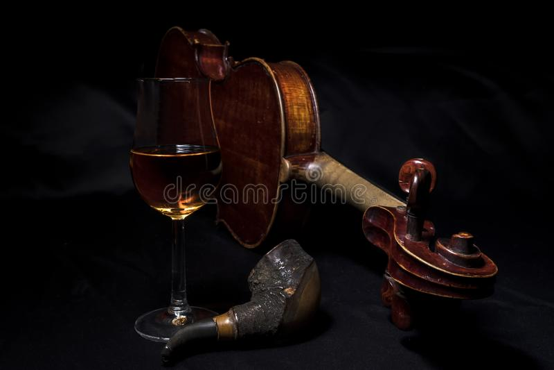 Viool en wiskystilleven royalty-vrije stock afbeelding