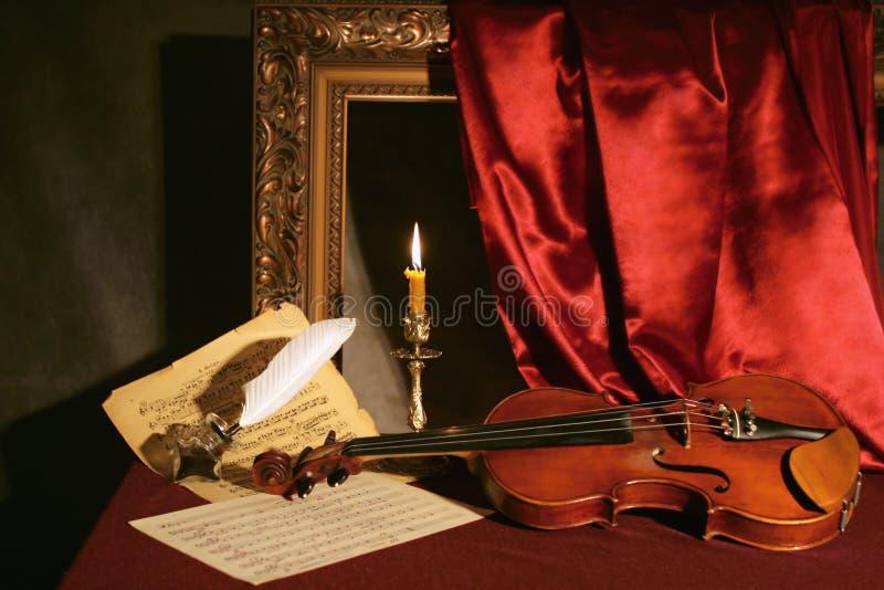 Viool, kaars & veer royalty-vrije stock afbeeldingen