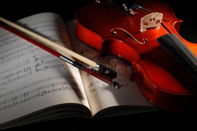 Viool met muzikale score stock afbeeldingen
