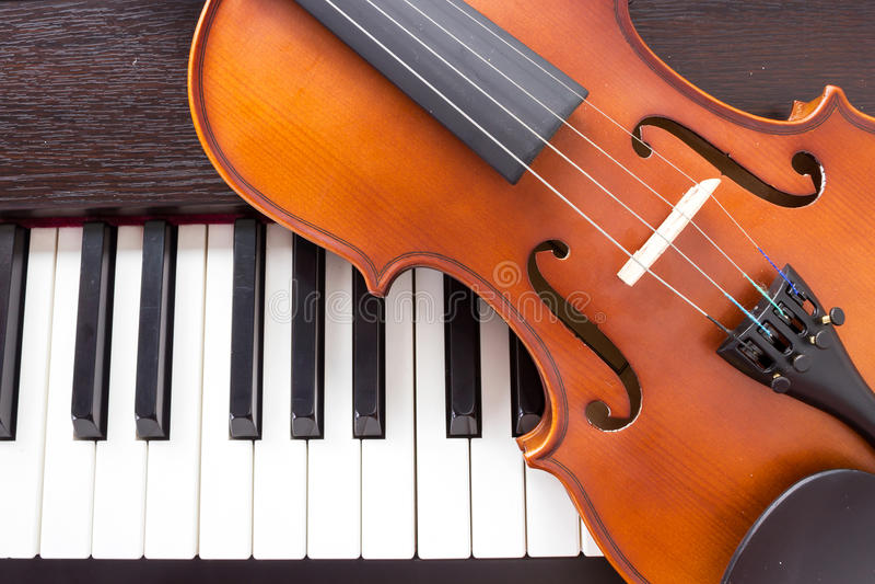 Viool op pianotoetsenbord stock fotografie