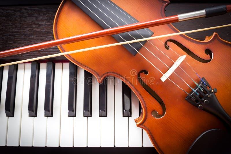 Viool op pianotoetsenbord stock foto