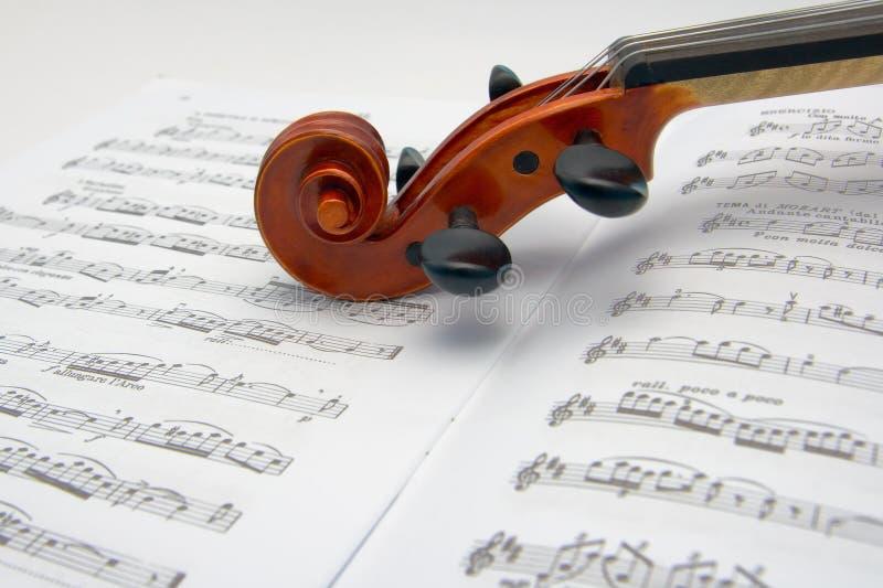 Viool over muziekscores stock foto