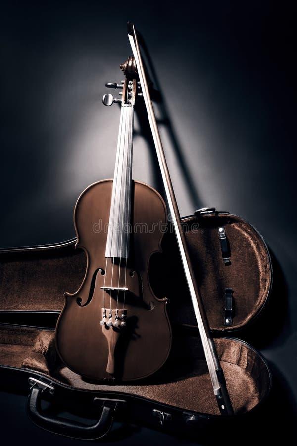 Vioolboog met instrumenten van de geval de klassieke muziek royalty-vrije stock fotografie