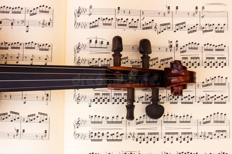 Vioolhals over een blad van de muziekscore royalty-vrije stock fotografie
