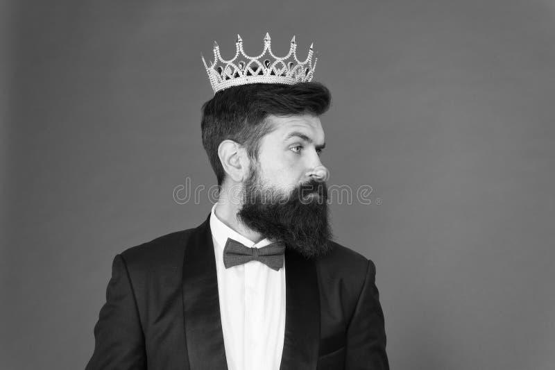 VIP Μεγάλος προϊστάμενος Επίσημο γεγονός Κορώνα βασιλιάδων Επίσημη αρσενική μόδα ένδυσης Εγωιστής επιχειρηματίας στο προσαρμοσμέν στοκ φωτογραφία με δικαίωμα ελεύθερης χρήσης
