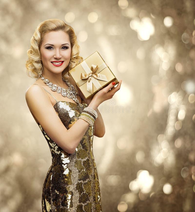 Vip-Frauen-Geschenk-Geschenkbox, Retro- Dame Sparkling Gold Dress lizenzfreie stockbilder