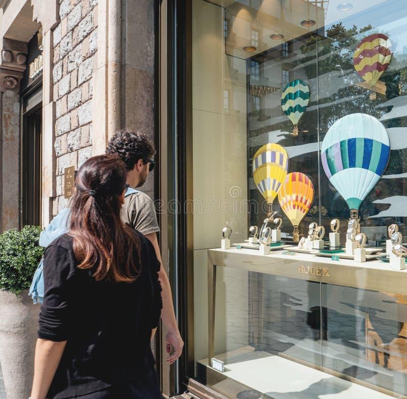 VIP Paar die voor de Horloges van luxerolex in Barcelona winkelen royalty-vrije stock foto's