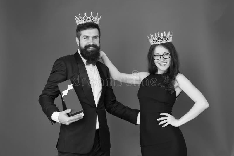 VIP presente de la fiesta de aniversario Pares formales hombre del vip en smoking y mujer atractiva Hombre barbudo y mujer feliz  imagen de archivo libre de regalías