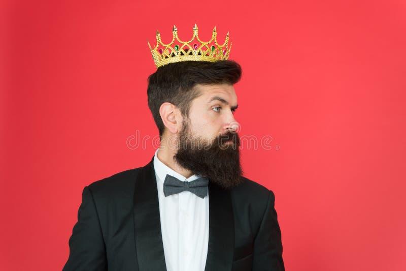 VIP Protuberancia grande Evento formal Corona del rey Moda masculina del desgaste formal Hombre de negocios del egoísta en smokin imagenes de archivo