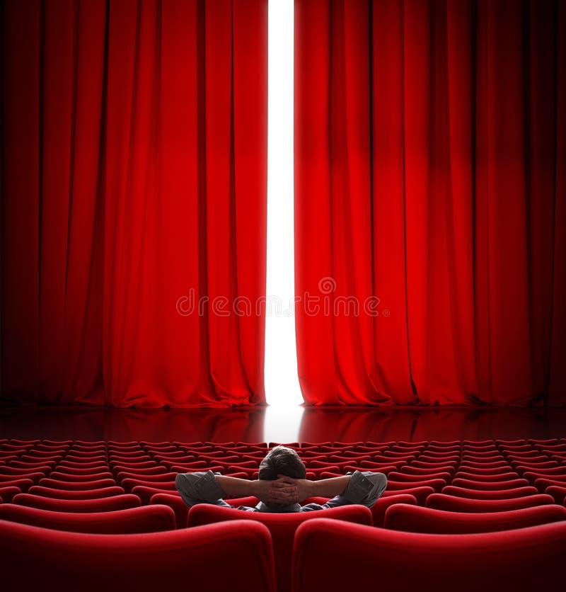 VIP que senta-se na frente da ilustração vermelha da cortina 3d do cinema levemente aberto fotografia de stock