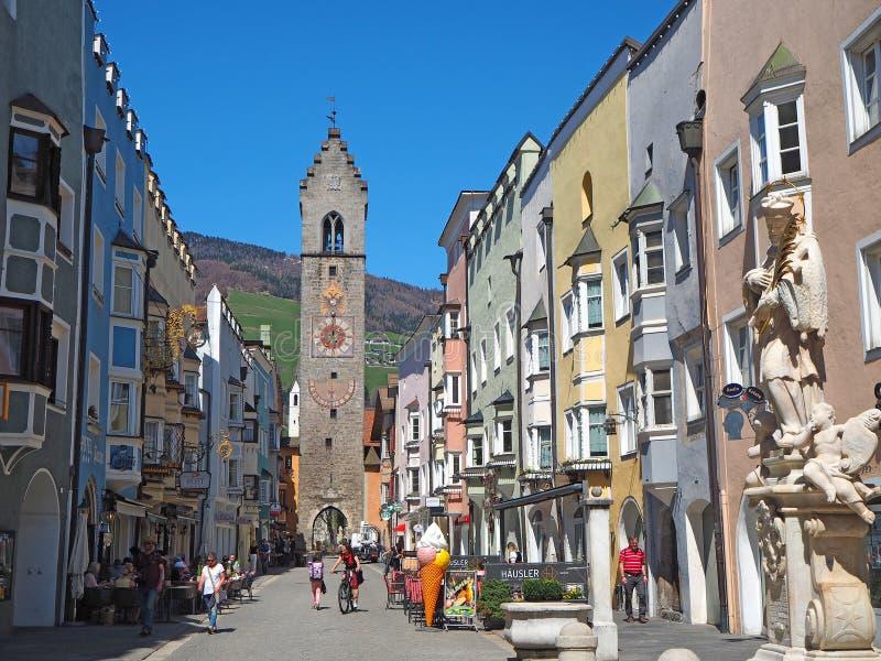 Vipiteno Bolzano, Trentino Alto Adige Den fot- gatan av byn med de traditionella Tyrolean husen royaltyfria foton