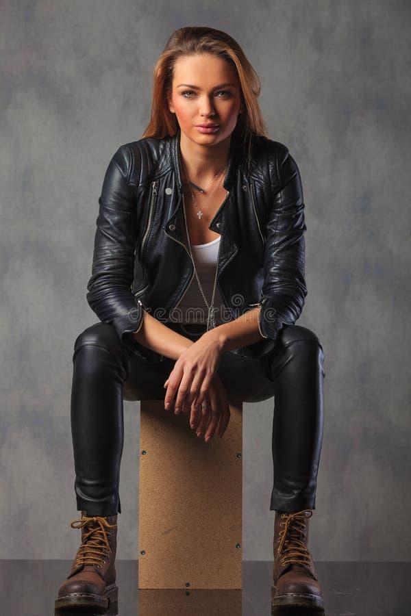 Vippa i svart posera för läderomslag som placeras i studio medan res royaltyfria foton