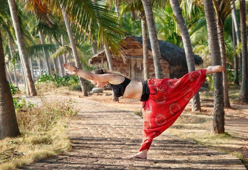 Virabhadrasana III van de yoga strijder stelt royalty-vrije stock fotografie