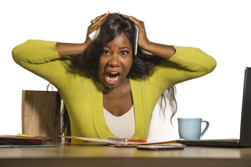 Virada americana atrativa nova do funcionamento da mulher de negócio do africano negro forçado e sobrecarregado que grita desespe fotografia de stock royalty free