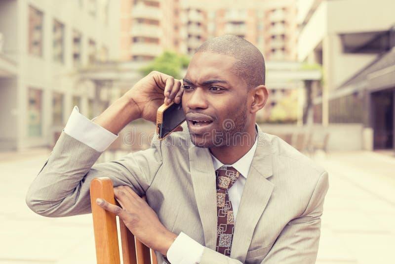 Virada infeliz triste, homem cético que fala no telefone fotos de stock royalty free