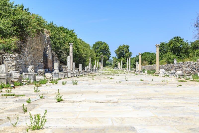 Vire el camino hacia el lado de babor de la ciudad romana antigua Ephesus en Esmirna, Turquía foto de archivo