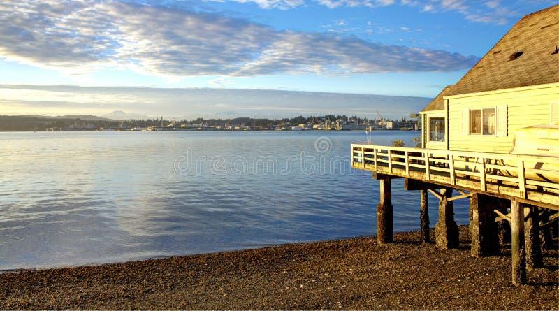 Vire la huerta hacia el lado de babor, opinión de la costa de la calle de la bahía de WA de Puget Sound. fotografía de archivo libre de regalías