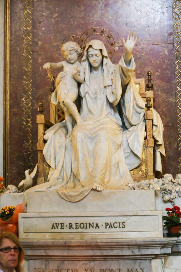 Virgan Mary Sculpture en St Peter Basilica fotografía de archivo