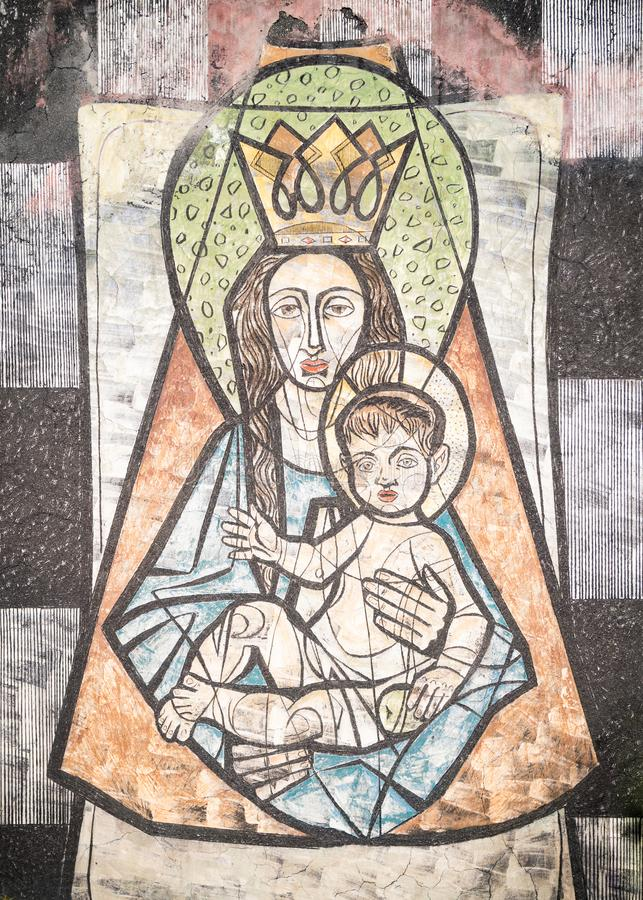 Virgem Maria com bebê Jesus pintado em uma parede do cem antigo imagens de stock royalty free