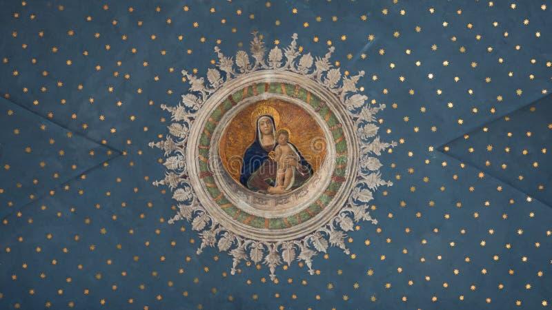 Virgem Maria com criança Jesus pintado no insid estrelado do teto foto de stock