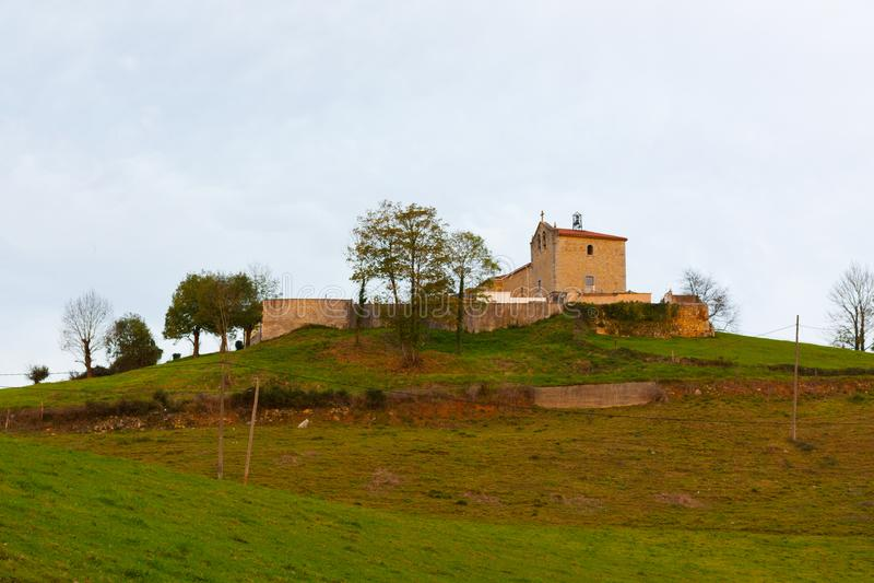 Virgen del弗雷斯诺Santuario de la Virgen del弗雷斯诺的教会在El弗雷斯诺,阿斯图里亚斯的 免版税库存图片