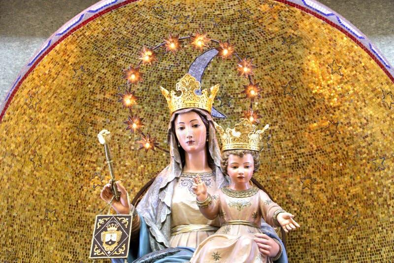 Virgen María con el bebé Jesús, coronado, bendiciendo fotografía de archivo libre de regalías