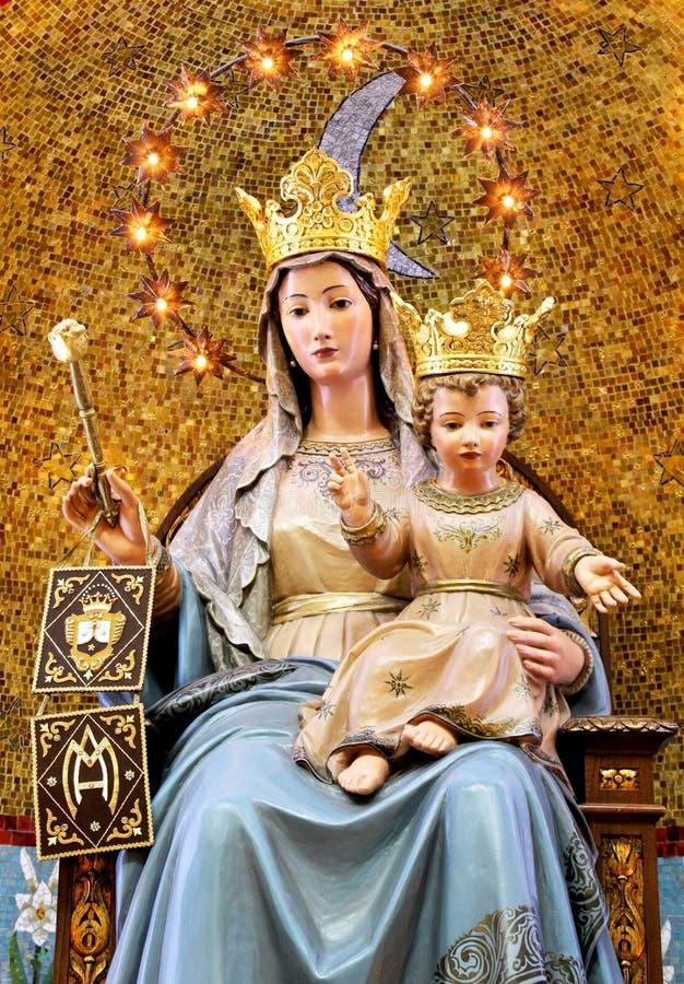Virgen María con el bebé Jesús, coronado, bendiciendo imágenes de archivo libres de regalías