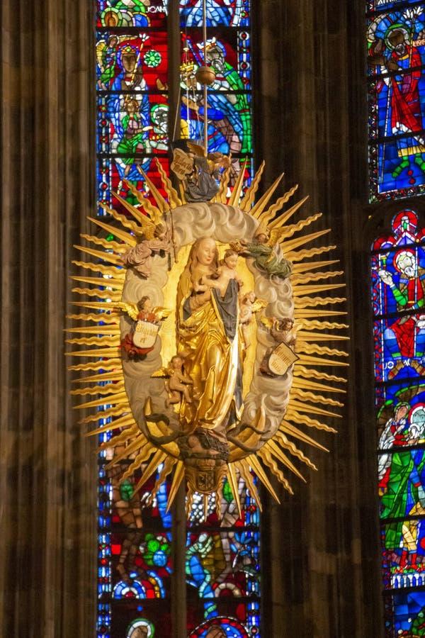 Virgen María con el niño en el coro gótico de la catedral de Aquisgrán contra los vitrales coloridos, en Aquisgrán Alemania imagen de archivo libre de regalías