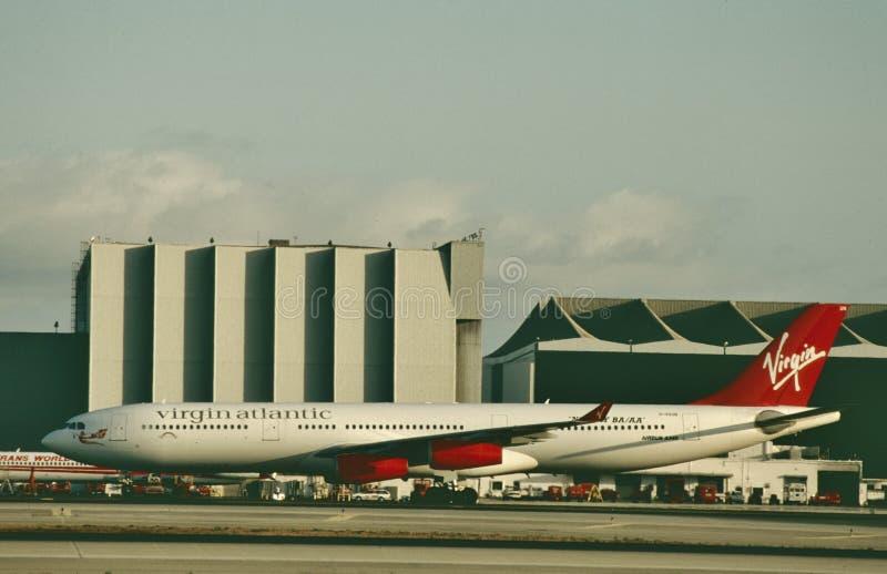 Virgin Atlantic Airways Airbus A340 que está sendo prestado serviços de manutenção após um voo fotografia de stock