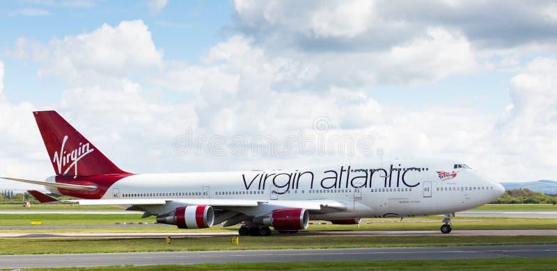 Virgin Atlantic Boeing die 747-400 bij de Luchthaven van Manchester voorbereidingen treffen op te stijgen royalty-vrije stock foto