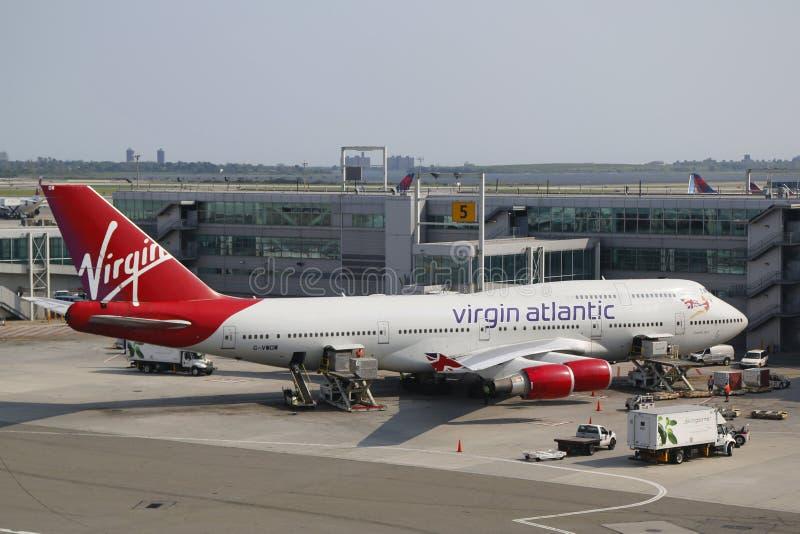 Virgin Atlantic Boeing 747 på porten på terminalen 4 i JFK-flygplats i NY arkivbild