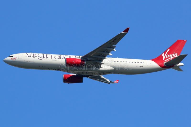 Virgin Atlantic-de luchthaven van Londen Heathrow van het Luchtbusa330-300 vliegtuig stock fotografie