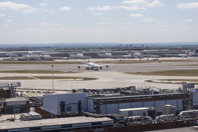 Virgin Atlantic flygbuss A340 som åker taxi på den Heathrow flygplatsen royaltyfria bilder